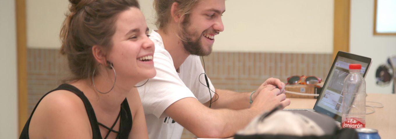alumnos riendo en campus